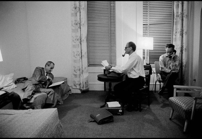 Robert Whitehead, Arthur Miller y Elia Kazan en el Hotel Chelsea. The Inge Morath Foundation / Magnum Photos