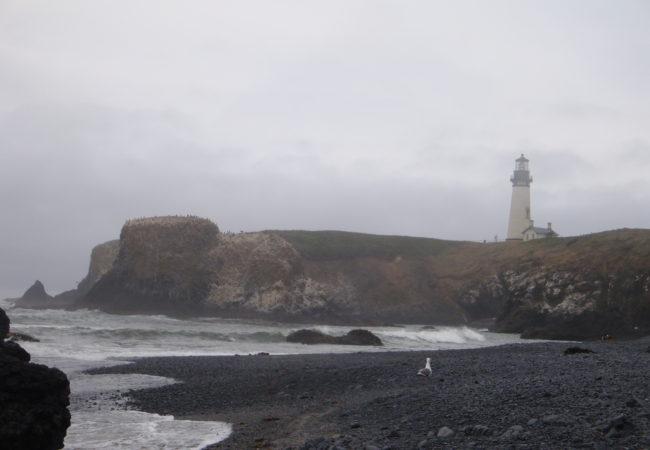 Faro de Yaquina Bay. Imagen via